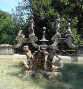 Foto.8-Fontana con stemma Visconti. Barbara Belotti